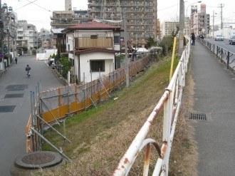綱島街道の陸橋の土手