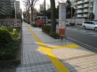 バス停前の点字ブロック