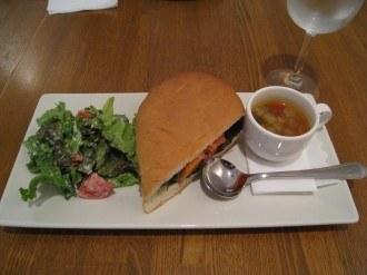 スモークサーモンのマリネのパニーニ・スープ・サラダ