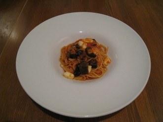 茄子とモッツァレラチーズのトマトソースのパスタ